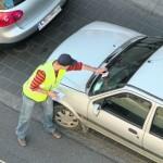 Распространение листовок под дворники автомобилей